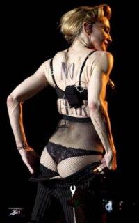 10. Мадонна Показала попу